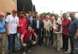 Lula se encontra com Dilma, ao chegar em Porto Alegre para ser julgado