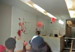 Manifestantes invadem prédio da TV Globo e são retirados pela polícia