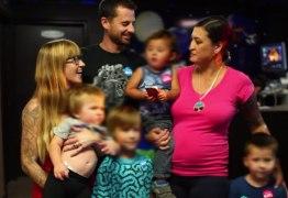 CASAL DE TRÊS? Homem casa com duas mulheres e família já tem cinco filhos