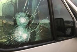 VIOLÊNCIA: Bandidos atiram contra van, assaltam pacientes e jogam criança doente no chão