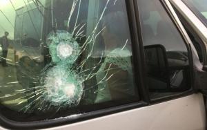 van assalto 300x188 - VIOLÊNCIA: Bandidos atiram contra van, assaltam pacientes e jogam criança doente no chão