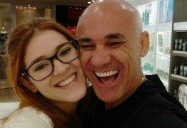 VEJA VÍDEO: beijo na boca e apalpadas entre pai e filha no 'BBB18' incomoda web