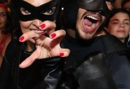 Vestida de mulher-gato, Fátima Bernardes curte festa com o namorado