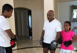 VEJA VÍDEO: Ex-boxeador Mike Tyson ensina boxe aos filhos