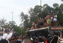 Imagens mostram foliões em cima do teto de ônibus na Zona Sul