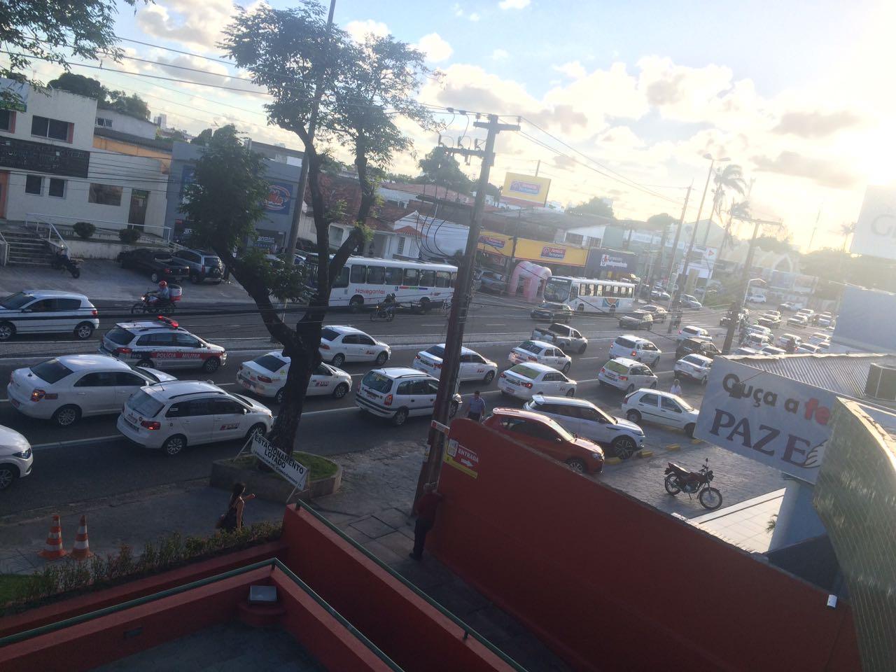 WhatsApp Image 2018 02 27 at 17.20.28 1 - VEJA VÍDEO: Taxistas realizam protesto em apoio a regulamentação dos transportes de aplicativos