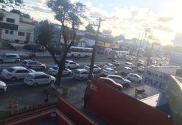 VEJA VÍDEO: Taxistas realizam protesto em apoio a regulamentação dos transportes de aplicativos