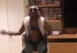 VEJA VÍDEO: Anderson Silva se fantasia de Pabllo Vittar e mostra rebolado
