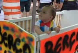 VEJA VÍDEO: Viraliza vídeo de bebê em bloco de carnaval com os pais