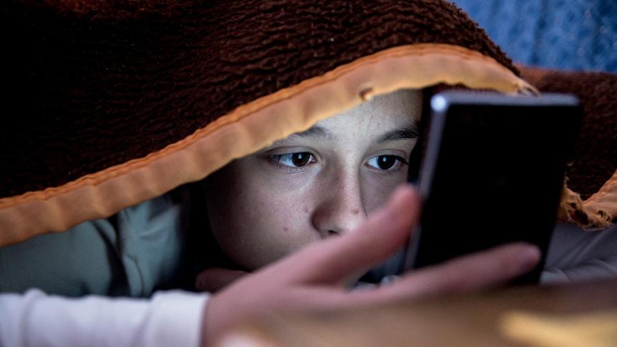 crianca celular internet filho seguranca digital 1518053428789 v2 900x506 - Após morte de criança, onda de desafios online preocupa pais