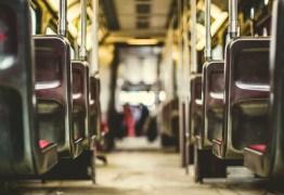 Homem é detido após ejacular em menina de 13 anos em ônibus