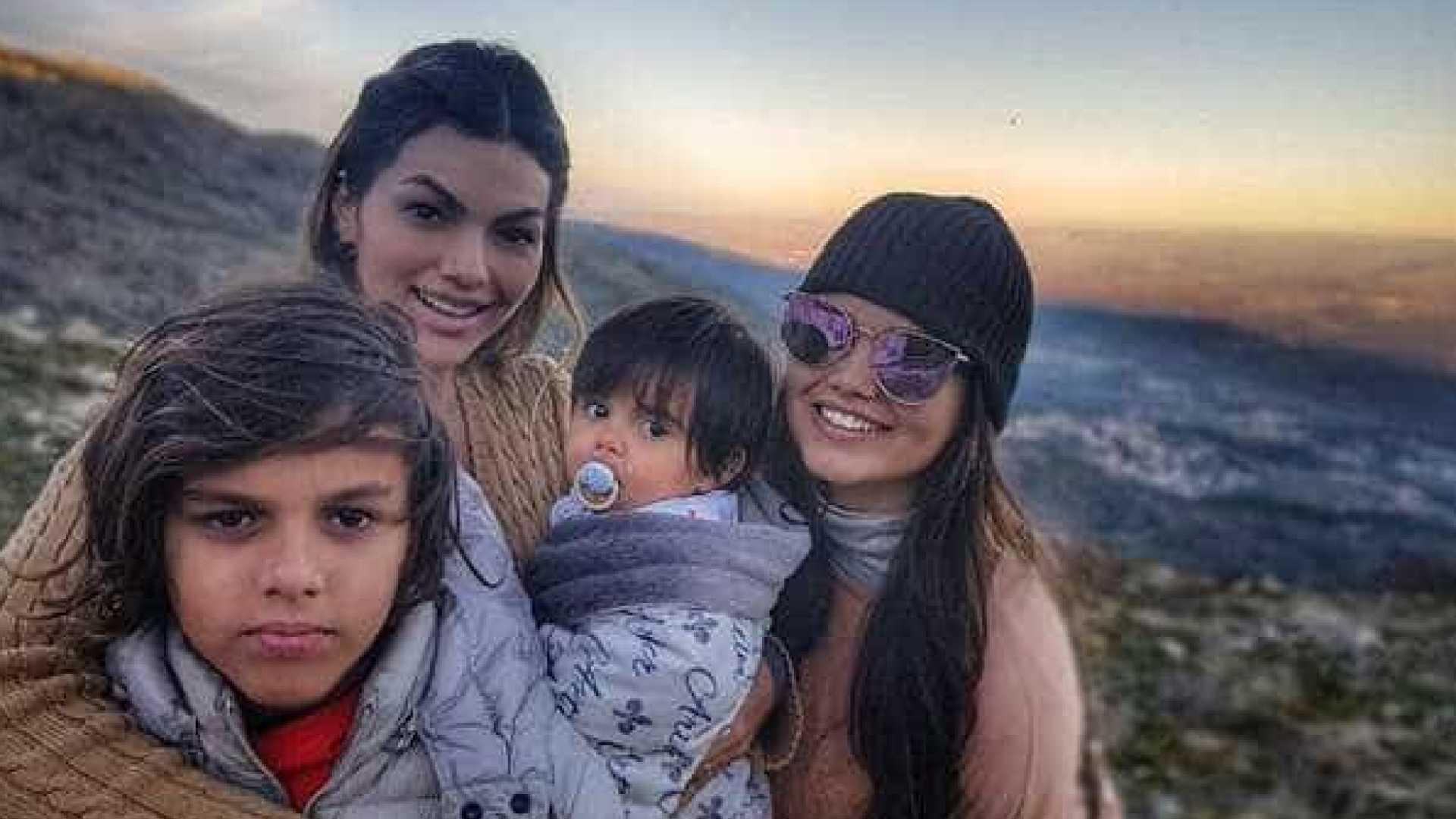 naom 5a72e1a62ae18 - Kelly Key posa com os filhos em topo de montanha portuguesa