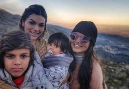 Kelly Key posa com os filhos em topo de montanha portuguesa