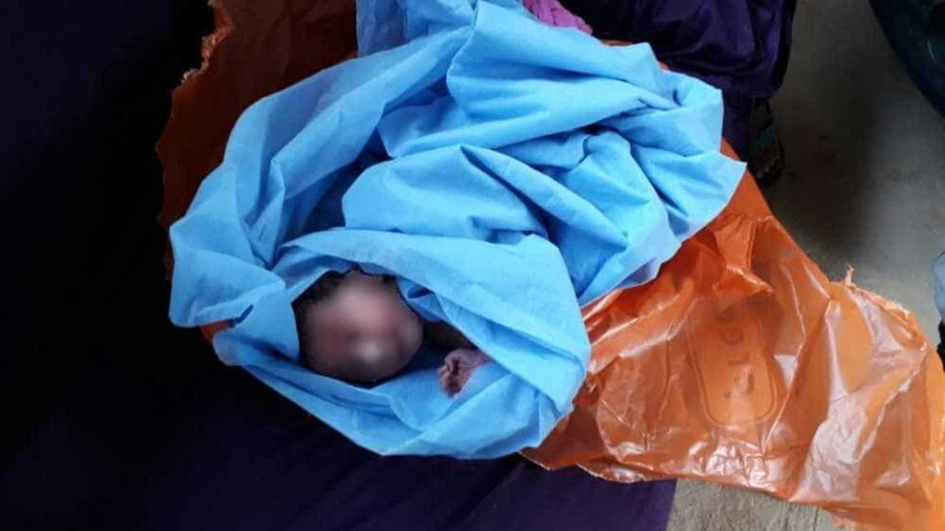 naom 5a82ff5345d24 - Bebê é achado, com cordão umbilical, dentro de saco plástico em lixo