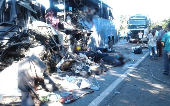 onibus 2 696x436 - Confirmada morte da oitava vitima do acidente entre Ônibus e Carreta; veículo transportava passageiros de Cajazeiras para Goiânia