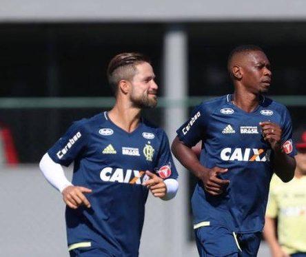 xjuan e diego2 .jpg.pagespeed.ic .LtGQ pu5n9 e1518197304704 - Juan elogia Julio Cesar no Flamengo e se diz contente com a dedicação de Adriano nos treinos