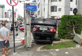 AVANÇO DE SINAL: Após batida frontal em Manaíra carro destrói a frente do restaurante Tábua de Carne – VEJA FOTOS