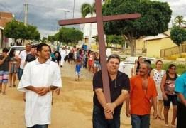 INUSITADO: deputado Antônio Mineral carrega cruz em via-sacra, no sertão da Paraíba
