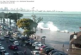 VEJA VÍDEOS: Ressaca causa inundações nas praias de Tambaú e Cabo Branco