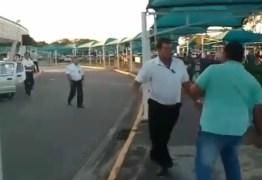 VEJA VÍDEO: Taxista e motorista de Uber se envolvem em confusão no aeroporto