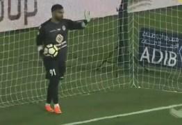 VEJA VÍDEO: Fair-play vira gol bizarro nos Emirados após falha incrível de goleiro