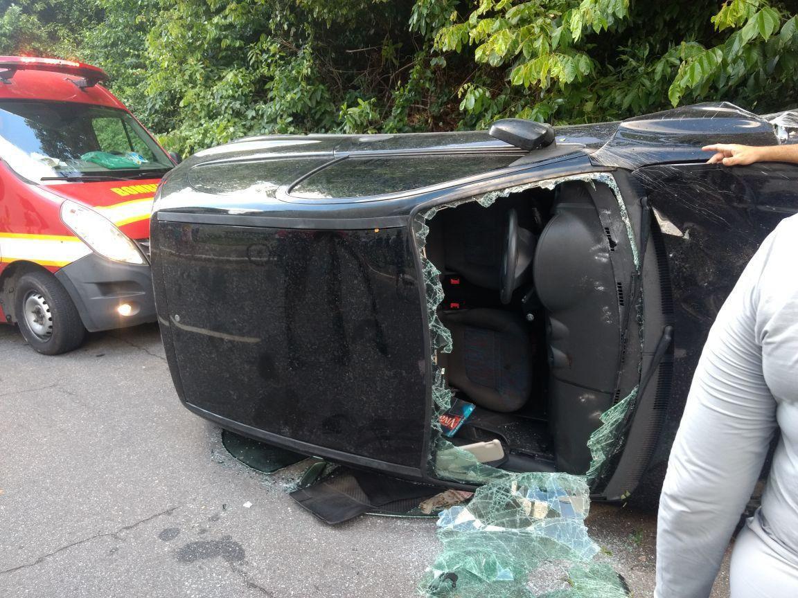 acidente cabo branco marco 1 - VEJA VÍDEO: homem atropela duas mulheres, tenta fugir e capota carro na Orla de João Pessoa