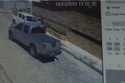 assalto casa bessa 19.03 - TERROR: Câmeras registram momento em que pai e filhas são assaltados no Bessa