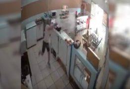 VEJA VÍDEO: Mulher usa balde d'água para enfrentar assaltante armado