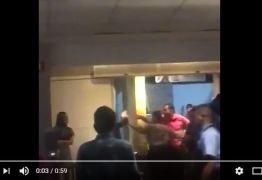 VEJA VÍDEO: Clientes denunciam roubo dentro do Bar do Cuscuz e relato diz que seguranças agrediram vítimas para evitar denúncia