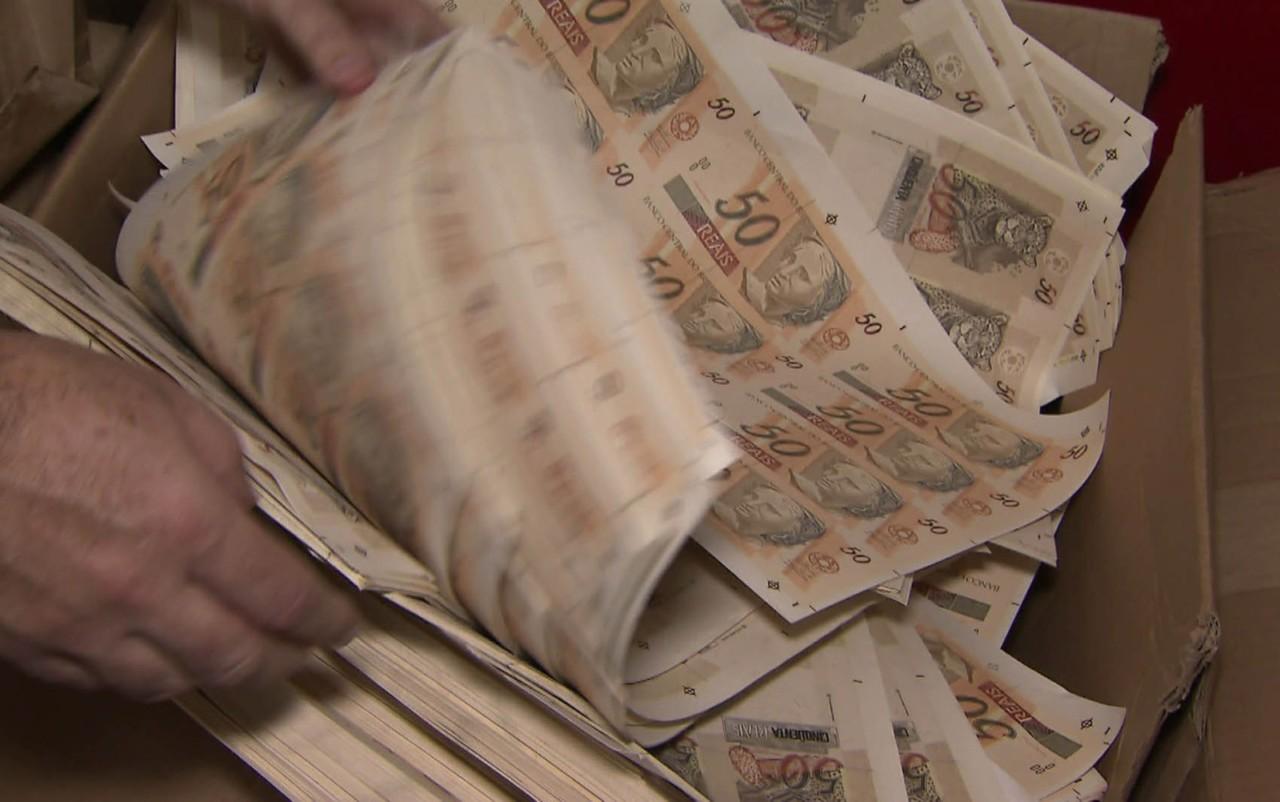 dinheiro3 - Polícia descobre 'fábrica' de dinheiro em casa e prende 2