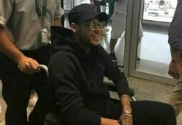 Neymar põe Marquezine no colo para 'passeio' em cadeira de rodas