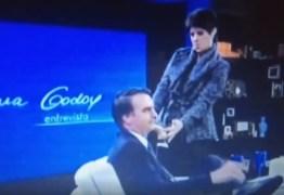 VEJA VÍDEO: Bolsonaro leva 'cola' anotada na mão para entrevista com Mariana Godoy