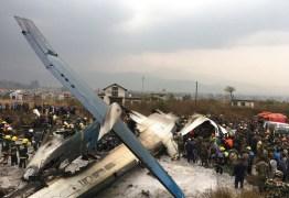 Avião que transportava 67 passageiros cai em aeroporto