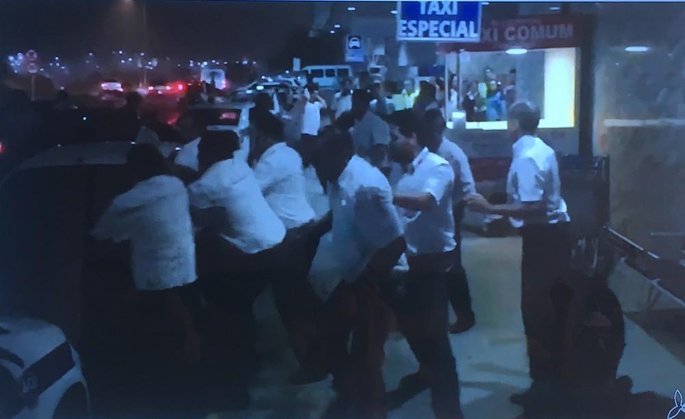 taxi1 - VEJA VÍDEOS: taxistas e motoristas de Uber entram em confronto em aeroporto