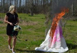 Após traição e divórcio, mulher faz ensaio queimando vestido de noiva