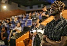 Ator de 'A força do querer' leva cem crianças para sessão de 'Pantera Negra'