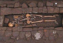 Mulher enterrada na Idade Média 'deu à luz' no túmulo