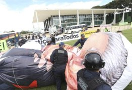 Manifestantes tentam erguer boneco inflável de Lula, mas polícia impede