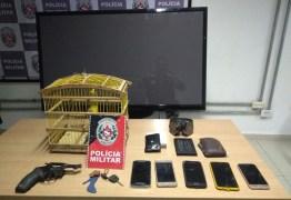 Polícia prende dupla, recupera carro e objetos roubados, e apreende arma na Capital