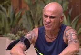 VEJA VÍDEO: No BBB18 Ayrton tem atitude suspeita e internautas desconfiam do programa