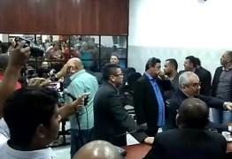 SESSÃO SUSPENSA: Manifestantes invadem galeria da Câmara Municipal de Santa Rita