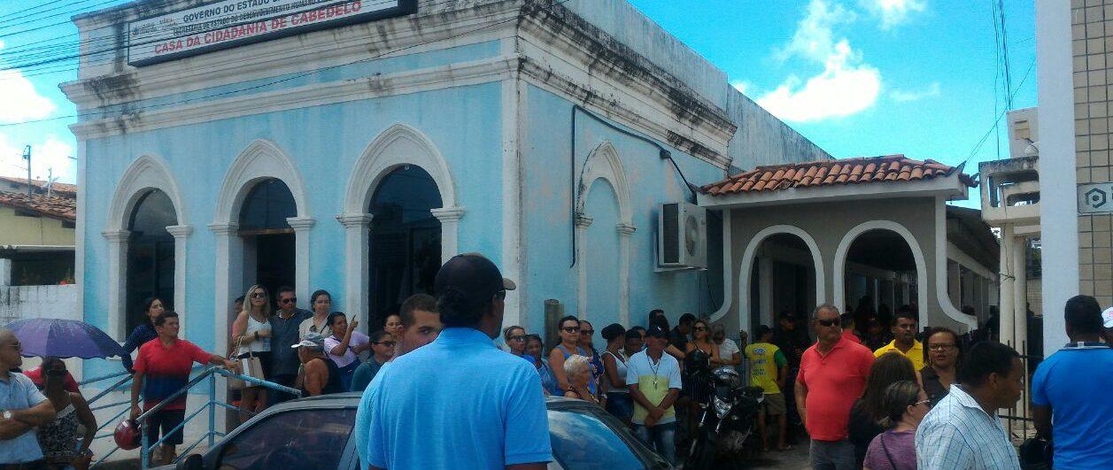 IMG 20180404 WA0049 1 e1522850364845 - CONFUSÃO: população de Cabedelo tenta invadir plenário da Câmara Municipal - VEJA IMAGENS