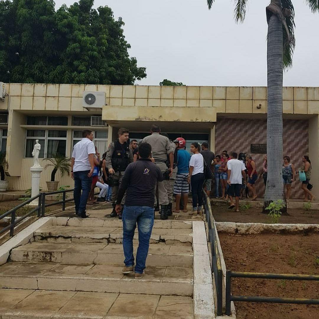 IMG 20180413 WA0027 - PELAS COSTAS: atirador dispara contra homem na calçada do Fórum de Cajazeiras