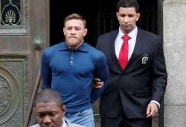 McGregor deixa delegacia algemado em Nova York