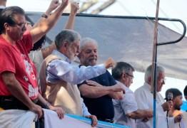 Após 40 horas, Lula deixa a sede do Sindicato dos Metalúrgicos e afirma que vai se entregar à PF