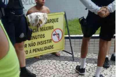 tambau ok - Grupo é assaltado na orla de João Pessoa e população agride um dos suspeitos