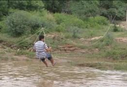 Moradores usam tirolesa improvisada para atravessar rio, após cheia na PB