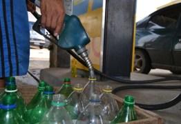 Na PB, polícia prende homem por de vender gasolina em garrafa pet a R$ 7,50