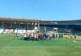 Torcida do Vasco invade treino para cobrar 'postura' dos jogadores -VEJA VÍDEO