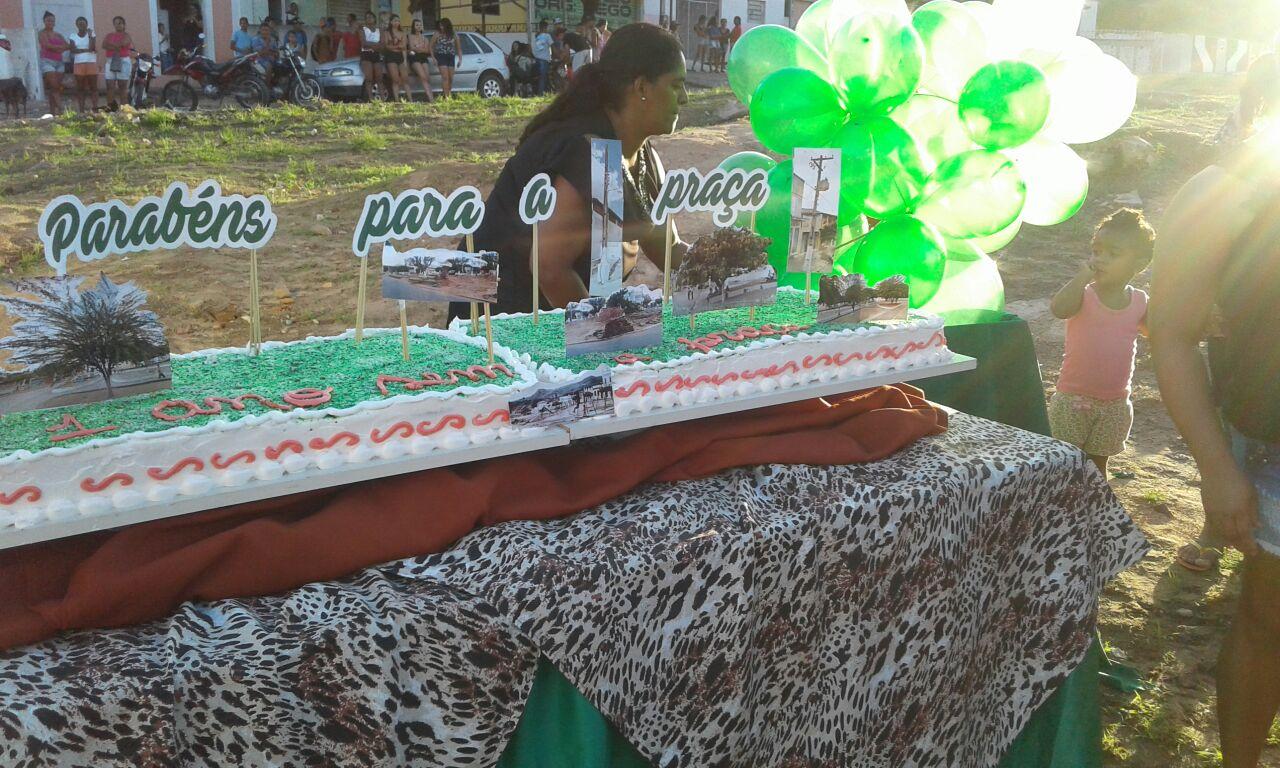 WhatsApp Image 2018 05 17 at 11.23.56 AM - COMPLETOU 1 ANO: População de Gurinhém faz 'comemoração' com bolo para lembrar derrubada de praça